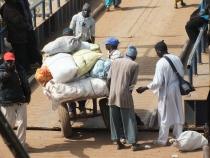Inchecken op de Ferry in Banjul