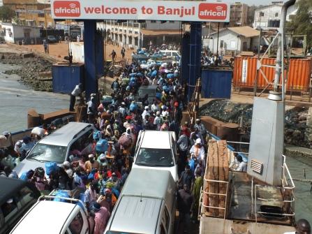 Gambia de Ferry waar erg veel mensen en dieren mee gaan