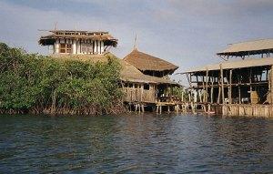 Gambia Lamin Lodge restaurant op palen geboouwd