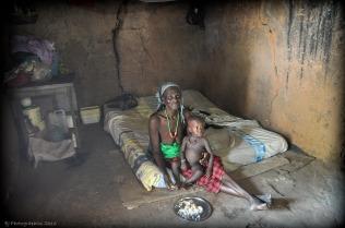 Moeder en zoontje in een armoedig hutje