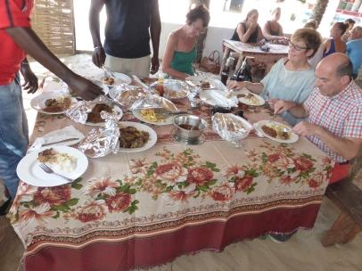 Gambia Paradise Beach hier wordt een heerlijke lunch geserveerd.