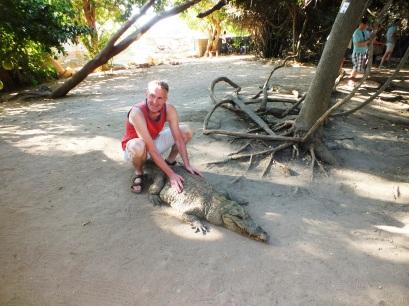 Poseren op een krokodil