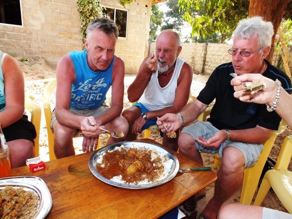 Bezoek aan een compound waar een heerlijk lokaal gerecht domoda wordt geserveerd