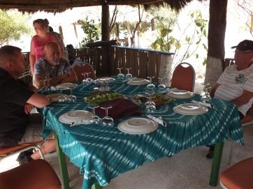 Keurig gedekte tafel voor de lunch bij Jereeh Camp